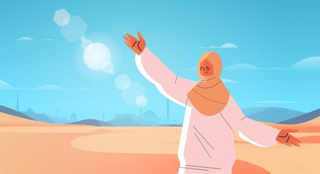 Arabische vrouw wandelen in de woestijn gelukkig arabische meisje in traditionele kleding ramadan kareem heilige maand arabische landschap horizontale portret illustratie