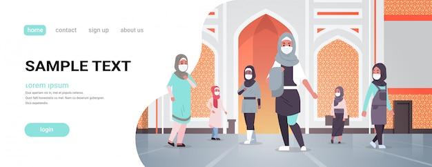 Arabische vrouwen in medische maskers die naar de nabawi-moskee komen om een quarantainepandemie te bouwen