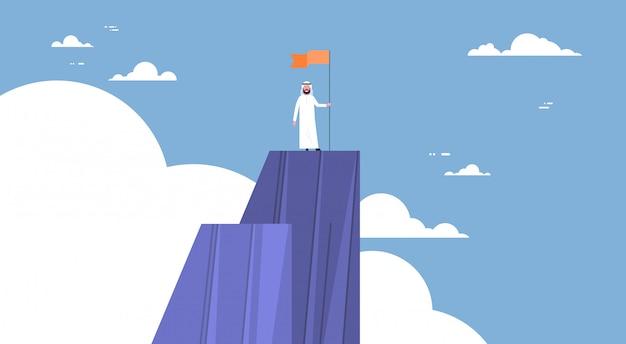 Arabische zakenman beklimde berg, leiderszakenman op hoogste concept win en succes