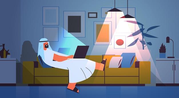 Arabische zakenman freelancer aan het werk op laptop arabische man met behulp van notebook sociale media netwerk communicatie donkere nacht huis kamer interieur horizontaal volledige lengte vectorillustratie