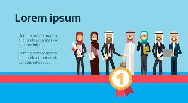 Arabische zakenman hand schudden succesvolle arabische zakelijke groep financieel succes teamwerk eerste plaats concept