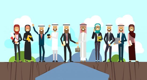 Arabische zakenman handen schudden in zakelijke en traditionele kleding kloof tussen bergen volledige lengte zakelijke overeenkomst en partnerschap concept vector illustratio