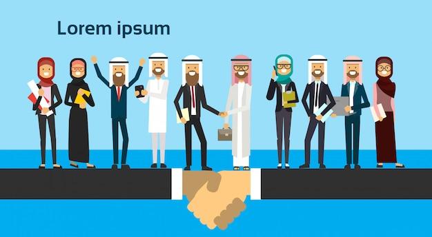Arabische zakenman handen schudden in zakelijke en traditionele kleding volledige lengte zakelijke overeenkomst en partnerschap concept
