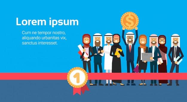 Arabische zakenman houden geld in de hand succesvolle arabische zakelijke groep accumulatie van rijkdom financieel succes teamwerk eerste plaats concept