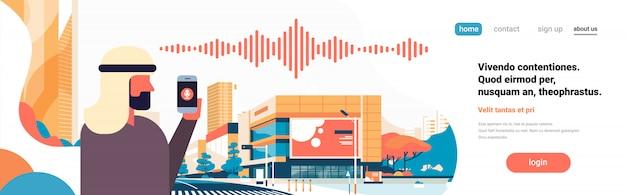 Arabische zakenman houden telefoon intelligente stem persoonlijke assistent herkenning geluidsgolven