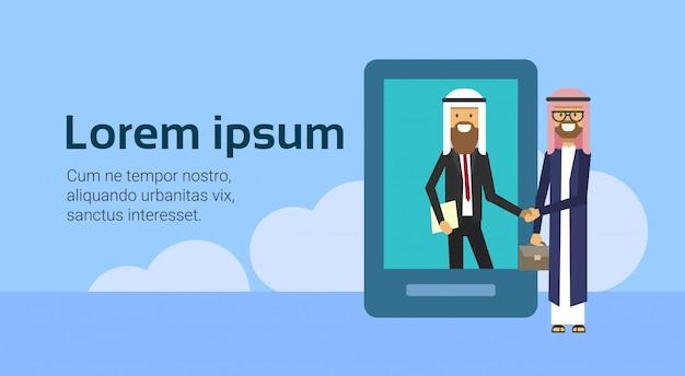 Arabische zakenman in tablet schudden handen in zakelijke en traditionele kleding volledige lengte zakelijke overeenkomst en partnerschap concept