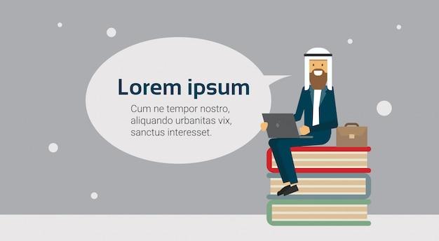 Arabische zakenman op een stapel boeken