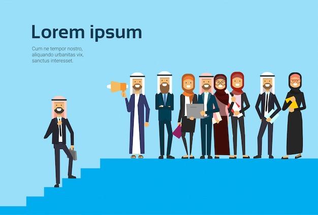 Arabische zakenman praten megafoon zakelijke team arabische groep traditionele kleding carrière progressie concept volledige lengte zakelijke overeenkomst en partnerschap