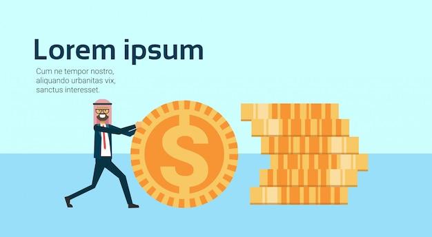 Arabische zakenman rollende dollar munten om geld te stapelen succesvolle arabische zakelijke groep accumulatie van rijkdom groeiende financieel succes teamwerk concept