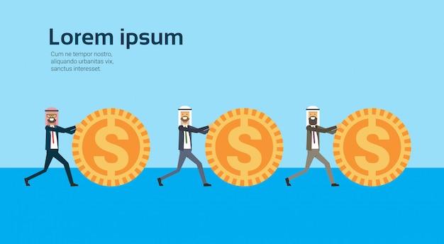 Arabische zakenman rollende dollar munten succesvolle arabische zakelijke groep accumulatie van rijkdom groeiende financieel succes teamwork concept