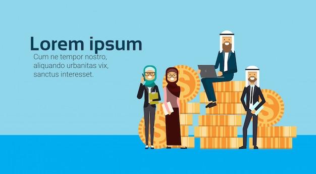 Arabische zakenman zitten met laptop op geldstapel met zakelijke team succesvolle arabische zakelijke groep accumulatie van rijkdom groeiende financieel succes teamwerk concept