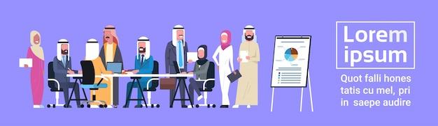 Arabische zakenmensen groep vergadering presentatie flip-over met financiële gegevens, moslim ondernemers team training brainstormen