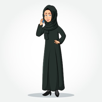 Arabische zakenvrouw stripfiguur in traditionele kleding praten op de mobiele telefoon en staan