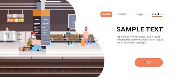 Arme man met zittend op verdieping treinstation smeken om hulp bedelaar man teken bord daklozen te houden