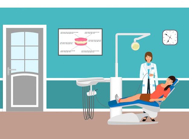 Arts en patiënt op leunstoel in tandartsenbureau. vrouw in tandheelkundige kliniek. medicijnenzorg.