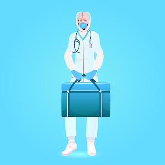 Arts in masker en veiligheidsuniform met ehbo-doos vechten tegen covid-19 coronavirus pandemie