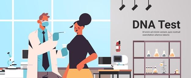 Arts in masker met buccaal wattenstaafje klaar om dna te verzamelen van vrouwelijke patiënt in laboratorium dna-test genetische manipulatie diagnose