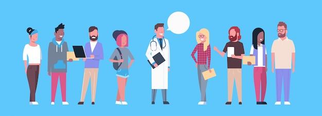 Arts met groep mensen patiënten