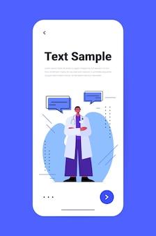Arts met spraak op smartphone scherm chat zeepbel communicatie online medisch consult concept volledige lengte verticale kopie ruimte vectorillustratie