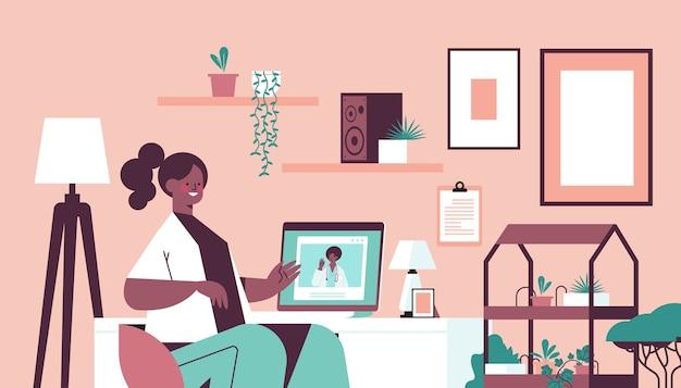 Arts op laptop scherm raadpleging van afro-amerikaanse vrouwelijke patiënt online overleg gezondheidszorg geneeskunde concept woonkamer interieur horizontaal portret