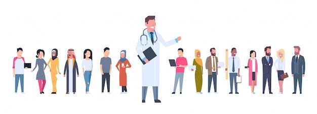 Arts over groep patiënten op wit