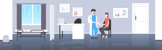 Arts spuit houden injectie vaccin vaccin gegeven aan vrouw patiënt vaccinatie gezondheidszorg geneeskunde concept moderne kliniek kamer interieur volledige lengte horizontaal