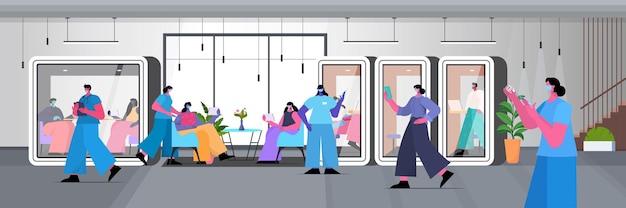 Artsen met maskers die zakenmensen inenten, patiënten vechten tegen coronavirus vaccin ontwikkelingsconcept kantoor interieur horizontaal volledige lengte vectorillustratie