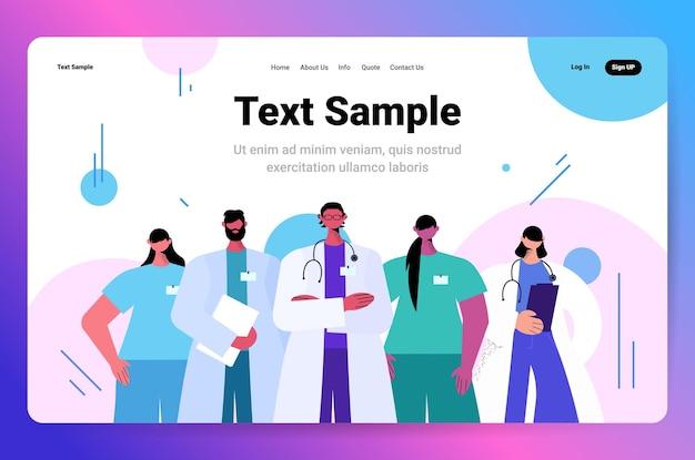 Artsen team in uniform permanent samen geneeskunde gezondheidszorg teamwerk concept portret horizontale kopie ruimte vectorillustratie