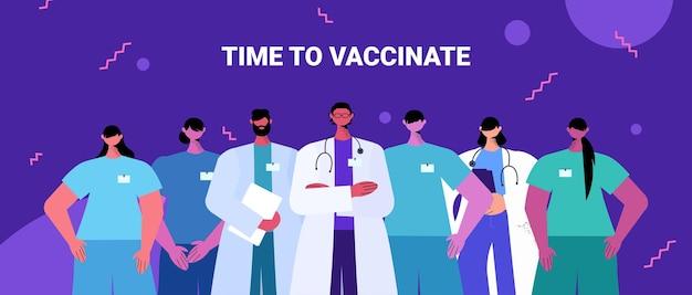 Artsen team in uniform permanent samen geneeskunde gezondheidszorg tijd om concept portret horizontale vectorillustratie te vaccineren