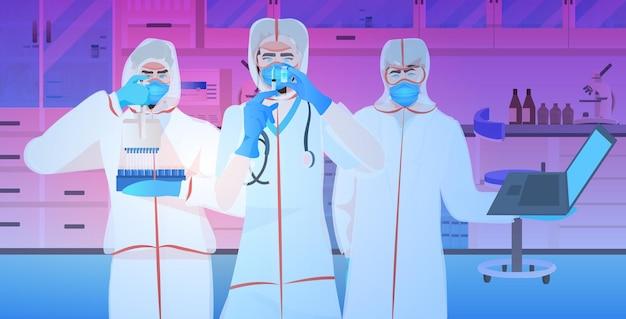 Artsen team samen te werken in het ziekenhuis laboratorium vaccin ontwikkeling strijd tegen covid-19 concept