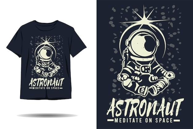 Astronaut mediteert op het ontwerp van een ruimtesilhouet-t-shirt