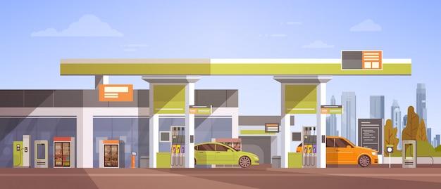 Auto die bij benzinestation van brandstof voorziet