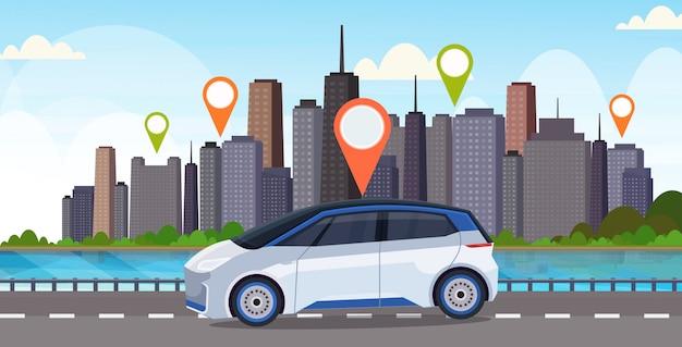 Auto met locatie pin op weg online bestellen taxi auto delen concept mobiel vervoer carsharing service moderne stad straat stadsgezicht achtergrond vlak en horizontaal