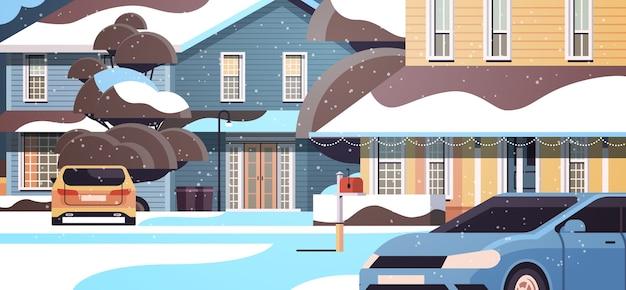 Auto op sneeuw bedekt huis tuin in winter seizoen woningbouw met decoraties voor nieuwjaar en kerstviering horizontale vectorillustratie