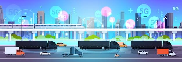 Auto rijden stad weg online draadloos systeem verbinding concept modern stadsgezicht achtergrond levering logistiek transport horizontaal