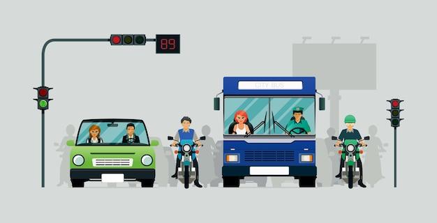 Auto's en motorfietsen wachten op verkeerslichten met een grijze achtergrond.