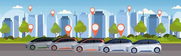 Auto's met locatie pin op parkeren online bestellen taxi auto delen concept mobiel vervoer carsharing service moderne stad straat stadsgezicht achtergrond vlak en horizontaal