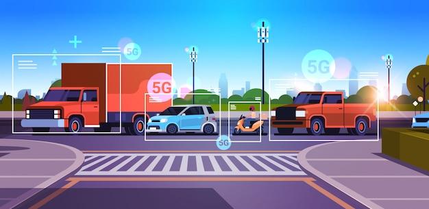 Auto's rijden over de weg draadloos communicatienetwerk van voertuigen 5g basisstation ontvanger informatie zender verkeersbewakingssysteem concept