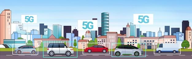 Auto's rijden weg 5g online draadloos systeem verbindingsconcept vijfde innovatieve internet generatie stadsverkeer stadsgezicht achtergrond horizontaal