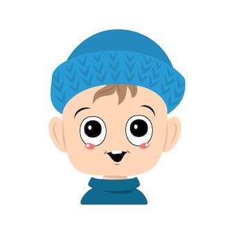 Avatar van een kind met grote ogen en een brede glimlach in een blauwe gebreide muts een schattig kind met een vrolijk gezicht...
