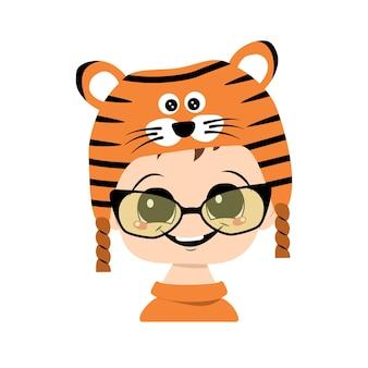 Avatar van een kind met grote ogen en een brede glimlach in een tijgerhoed. schattige jongen met een vrolijk gezicht in een feestelijk kostuum voor nieuwjaar en kerstmis. hoofd van schattige baby met blije emoties