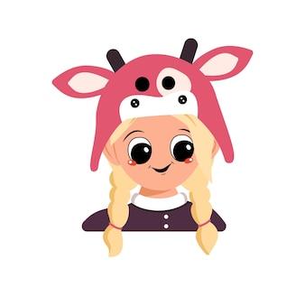 Avatar van een meisje met blond haar, grote ogen en een brede, gelukkige glimlach in een koeienhoed. hoofd van een schattig kind met een vrolijk gezicht in een carnavalskostuum voor de vakantie of het nieuwe jaar