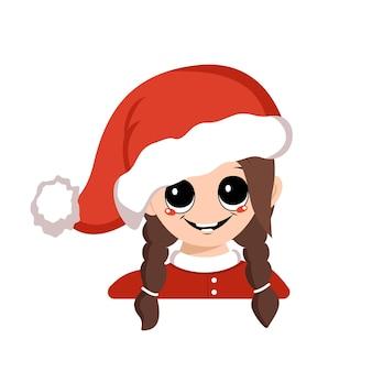 Avatar van een meisje met grote ogen en een brede gelukkige glimlach in een rode kerstmuts. schattige jongen met een vrolijk gezicht in een feestelijk kostuum voor nieuwjaar en kerstmis. hoofd van schattig kind met vrolijke emoties