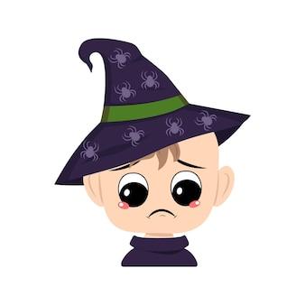 Avatar van kind met grote ogen en depressieve emotie droevig gezicht in een puntige heksenhoed met spin de...