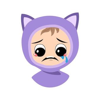 Avatar van kind met huilen en tranen emotie verdrietig gezicht depressieve ogen in kattenhoed schattige jongen met mela...