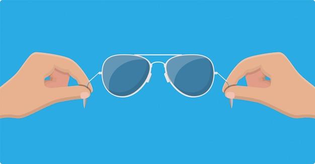 Aviator zonnebril in de hand. beschermende bril.