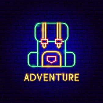 Avontuur neon label. vectorillustratie van camping rugzak promotie.