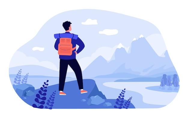 Avontuurlijke reizen concept. toerist die bergen onderzoekt. man met rugzak staande op klif en landschap bewonderen. illustratie voor wandelen, trekking, natuur, ontdekking, toeristische onderwerpen