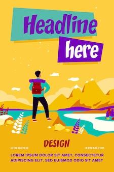 Avontuurlijke reizen concept. toerist die bergen onderzoekt. man met rugzak staande op klif en landschap bewonderen