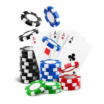 Azen liggen in de buurt van realistische casinofiches of speelkaarten van verschillende kleuren en stapel